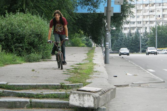 Велосипедист на Запорожском шоссе