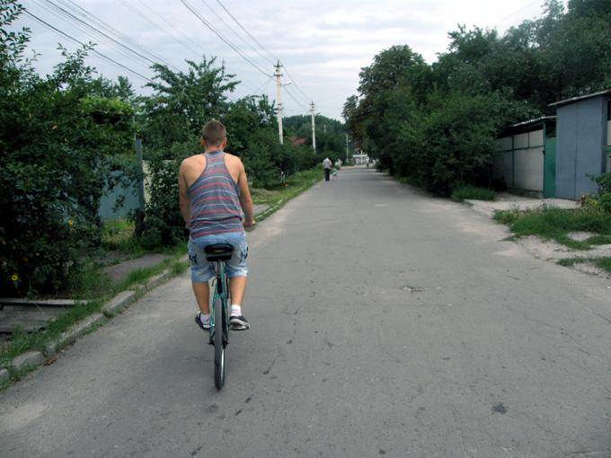 Денис едет на велосипеде