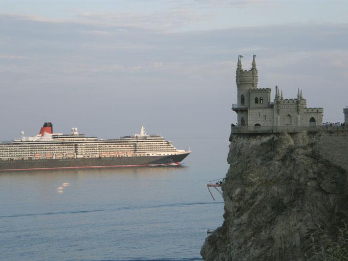 Круизный лайнер Королева Виктория проплывает мимо Ласточкиного гнезда
