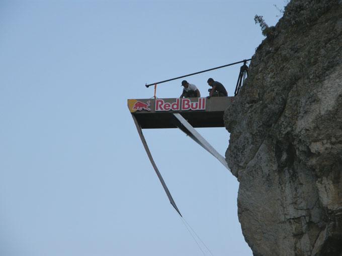 Подготовка площадки для прыжков Red Bull Cliff Diving
